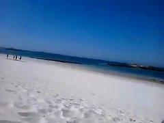 pipeuse discrete a la plage